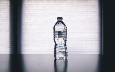 Por qué el agua embotellada tiene fecha de caducidad